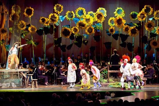 В спектакле The Cunning Little Vixen, поставленном в Нью-Йоркской Филармонии, подсолнухи, начинённые оптоволокном, служат дополнительными источниками света на сцене